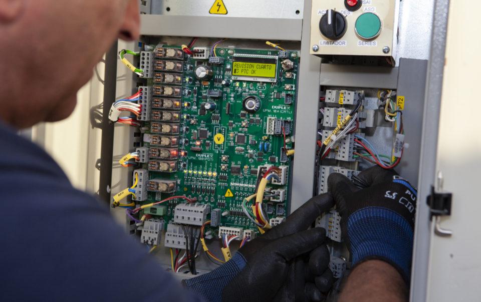 Técnico DUPLEX ASCENSORES mantenimiento revisión mensual